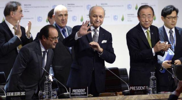 François Hollande, Laurent Fabius y Ban Ki-Moon, durante la presentación del acuerdo en París. Foto AFP