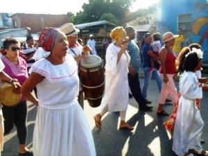 La gente acompaña a la Sagrada Familia con sus cantos. Foto Juan Ramon Colina