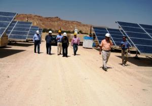 Yosef Abramowitz, de camisa color durazno dirige la empresa judía de construcciónde la planta solar