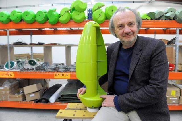 """Jérôme Michaud-Larivière, creador del """"árbol de viento"""", posa con una """"hoja de plástico""""."""