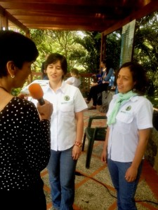 Mayra Rincón y Lisbeth Bethelmy durante la entrevista con Marisela Valero en Topotepuy. Foto Katty Yovanovich
