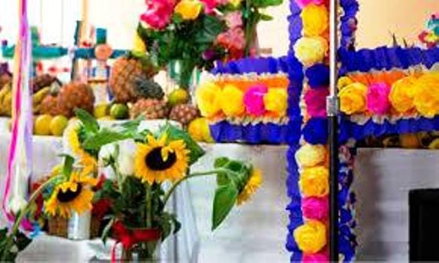Frutas y flores se ofrecen a la Cruz