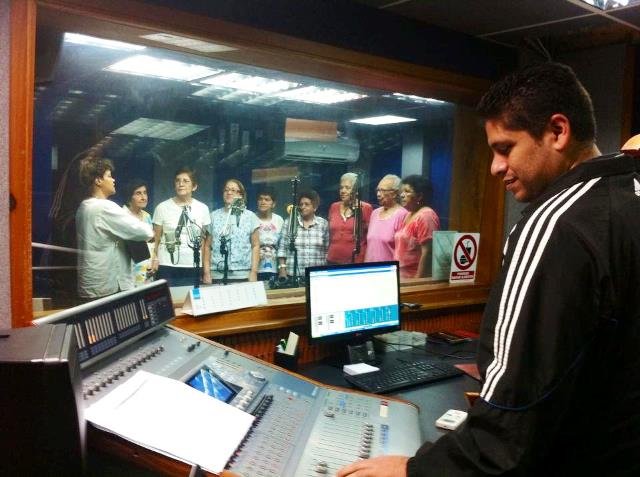 La coral cantando y el operador de audio Freddy Tapia muy atento