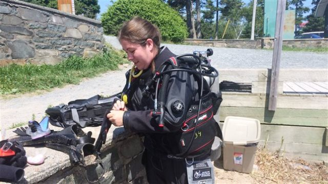 Kitrina Godding prueba su equipo de buceo © CBC / COLLEEN JONES