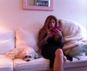 Marie Howe en su apartamento en New York con su perro. Foto Marisela Valero