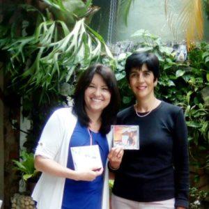 Karine Gil mostrando sus discos con Marisela Valero. Foto Katia Gil