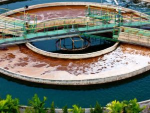 Tratamiento de aguas residuales en una fábrica © Shutterstock.com