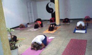 La práctica del yoga ayuda a integrarse y disminuye el estrés