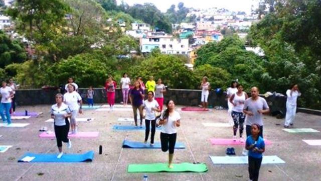 Práctica de yoga al aire libre. Foto cortesía Cultura Miranda