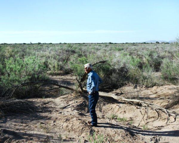 Louis Gradias, residente en Gadsden, Ariz, contempla el curso seco por donde alguna vez fluyó el río Colorado