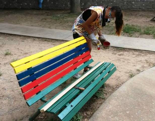 Bancos tricolor para honrar a Venezuela