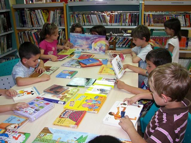 Los niños lectores tienen un mundo creativo para crecer felices
