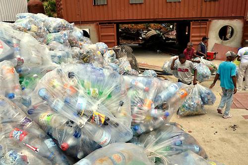 Recolección de plásticos por comida, ayudando al medio ambiente.Foto : Orlando Ramos/Acento.com.do