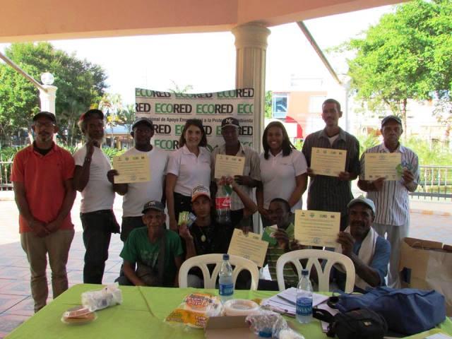 Entrega de certificados por haberse formado en Reciclaje inclusivo
