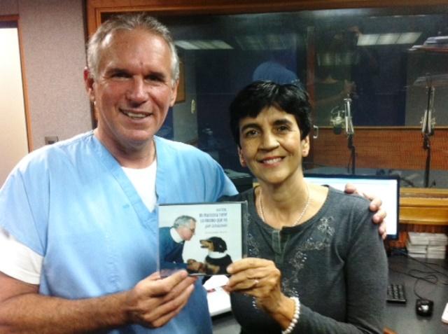 Héctor Jurado con su libro junto a Marisela Valero. Foto Fernando Camacho