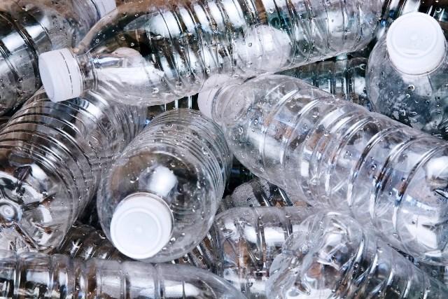 Desechar las botellas de plástico con sus tapas en los contenedores