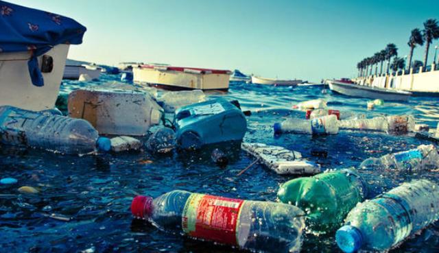 Océano lleno de plástico