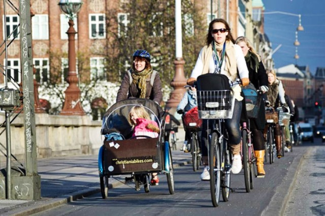 Señora con su hijo practicando ciclismo en Copenhagen