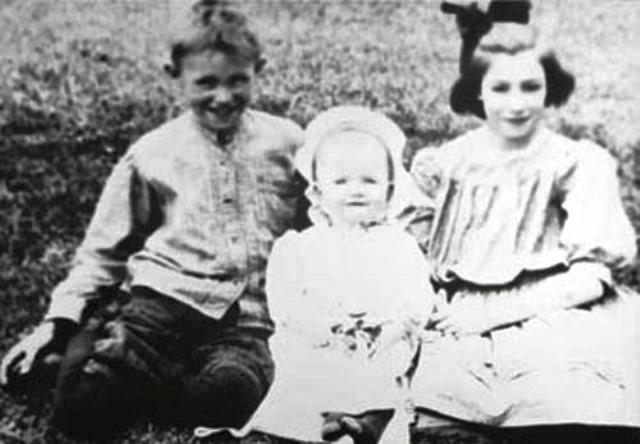 Raquel Carson junto a sus hermanos