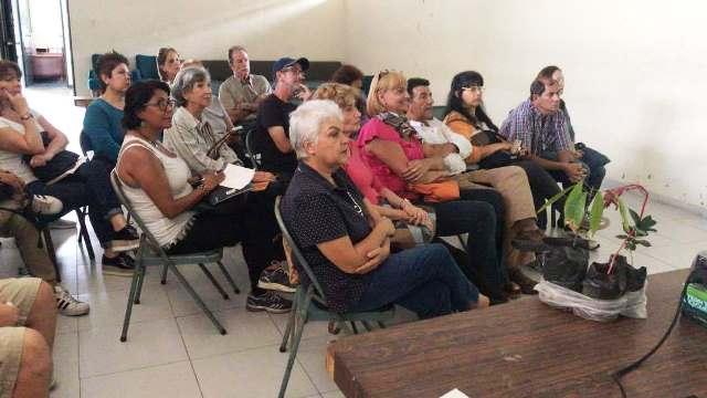 Vecinos de Cumbres de Curumo atentos a la charla