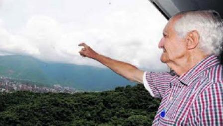 El ingeniero contemplando su mpntaña-Foto Una Montaña de Gente