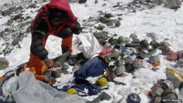 Ni la cima del Everest se escapa del turismo depredador