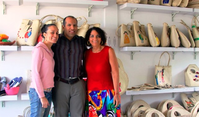 Fredery Calderón con Roxanys Paredes y artesana.Foto Yuliannys González