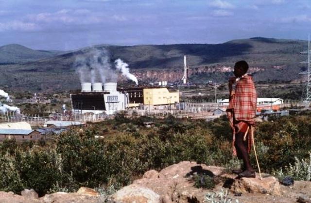 Un Masai observa la central geotérmica