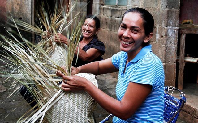 Yanitza Velázques y su hija Mónica Velásquez tejiendo MAPIRE foto TUCAN