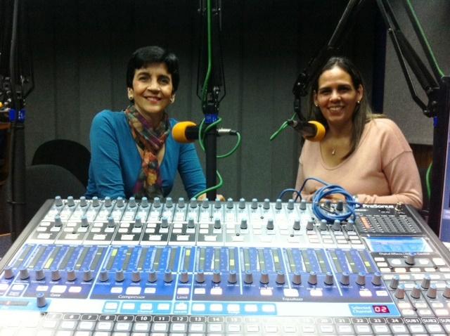 Mónica Castro con Marisela Valero en el estudio. Foto Fernando Camacho